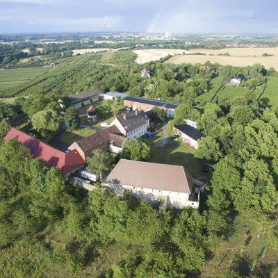 Blick von Süden über die Anlage des Klosters Posa. (Quelle: Philipp Baumgarten)